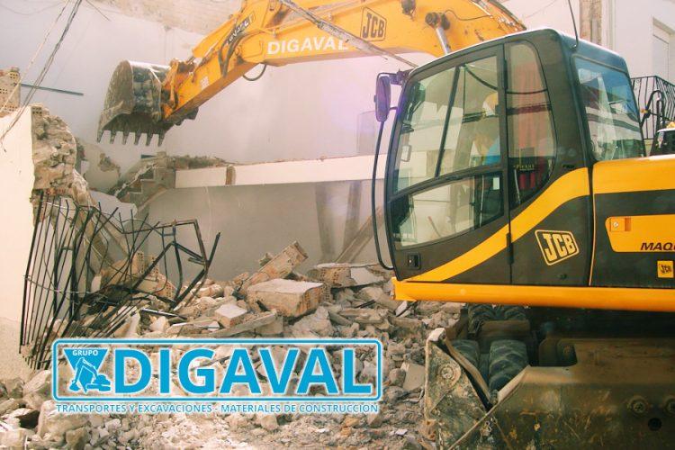 En trabajos de demolición también gestionamos la retirada y transporte de escombros.