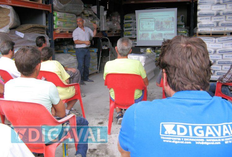 Los técnicos de Weber, con una charla y ejemplos prácticos, mostraron la capacidad de los productos de la marca.